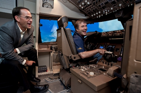 Bruce Dickinson in the 747-8 flight simulator