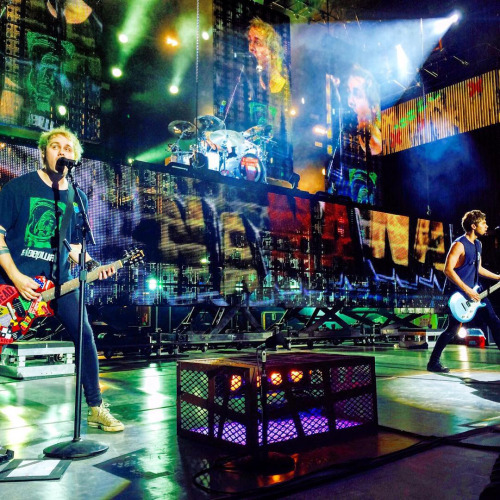 5SOS performing She's Kinda Hot Now on August 30, 2015